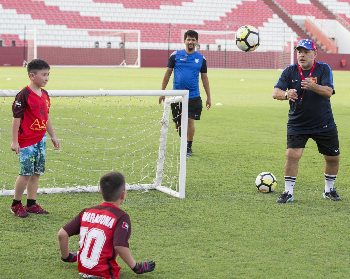 Emotivo encuentro entre Maradona y un niño sin piernas
