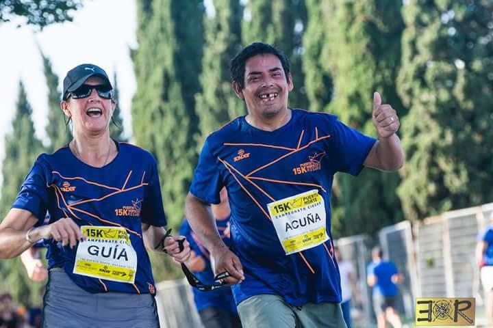 """La emocionante historia de superación de Hugo Acuña: juega al fútbol para ciegos, terminó el secundario a los 38 años y ahora quiere estudiar trabajo social """"para ayudar a los demás"""""""