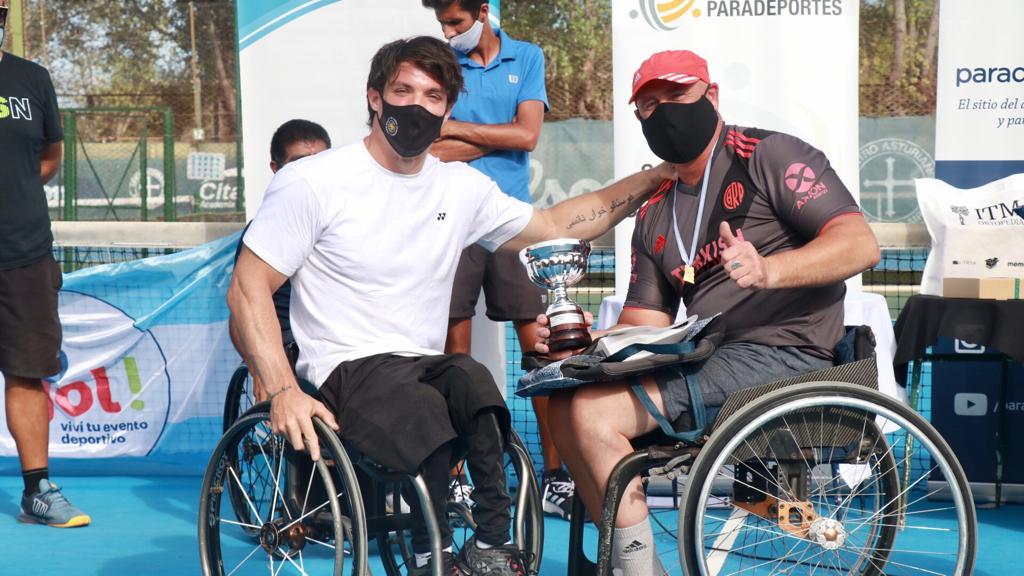 """Tenis adaptado: Gustavo Fernández le entregó la """"Copa Fundación Paradeportes"""" al campeón José Castricini"""